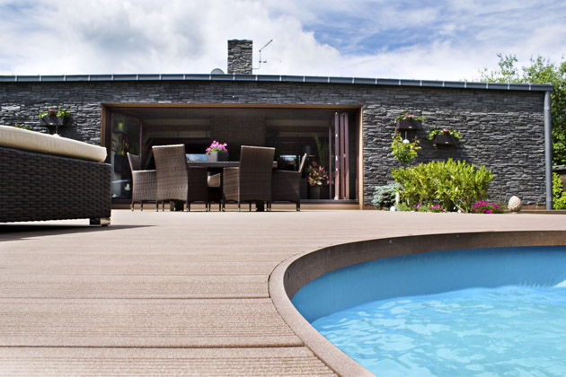 Drážkování terasy Premium Star Palisander zvyšuje bezpečnost při chůzi, což je důležité v okolí bazénů a vířivek, www.woodplastic.cz