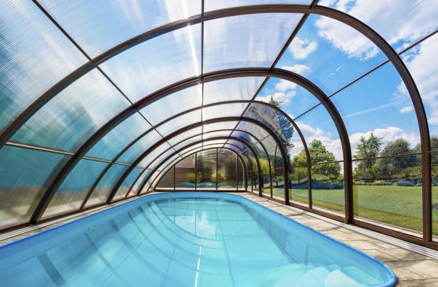 Zastřešení bazénu Monaco Future (Albixon), inspirované přirozeným čistým tvarem vodní kapky, vyniká podchozí výškou až 280 cm, cena podle rozměrů, www.albixon.cz
