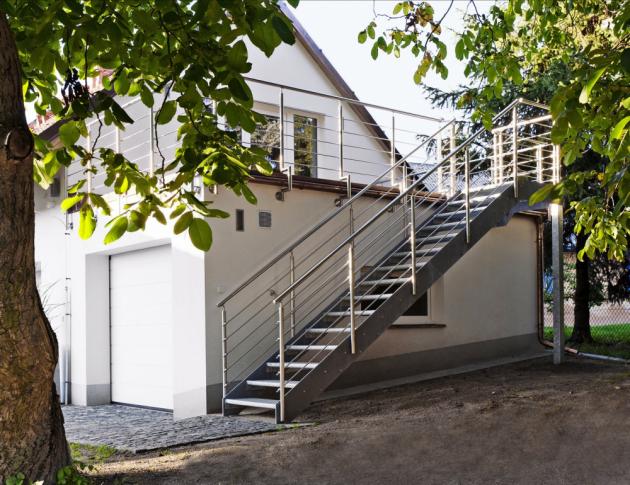 venkovní schodiště Schodiště vexteriéru musí být odolné vůči korozi aschodnice musejí být protiskluzové, www.schody-jap.cz