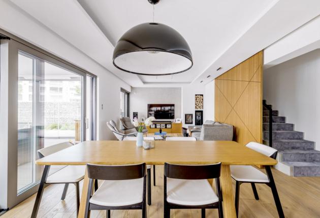 obývací pokoj Dominantním prvkem obýváku je posuvný dřevěný panel zasedačkou, který nahrazuje dveře zchodby doobytného přízemí