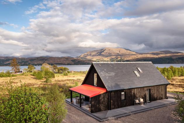 exteriér Břidlicová střecha dokáže odolávat inejvětším rozmarům drsného skotského počasí. Když vysvitne slunko, je čas usednout naterasu