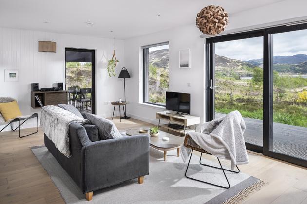 obývací pokoj Sedačka je obrácena přímo proti velkým francouzským oknům, aby sedící nebyl ochuzen ofascinující výhled dokrajiny