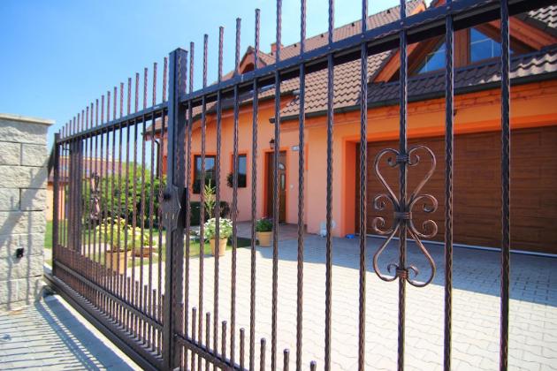 Vjezdové brány, branky a ploty by měly být bezúdržbové