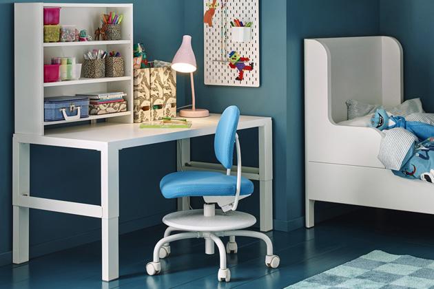 Rostoucí psací stůl spolicovým dílem Påhl (IKEA), možnost nastavení výšky 59, 66 nebo 72cm, cena 1899Kč, www.ikea.cz
