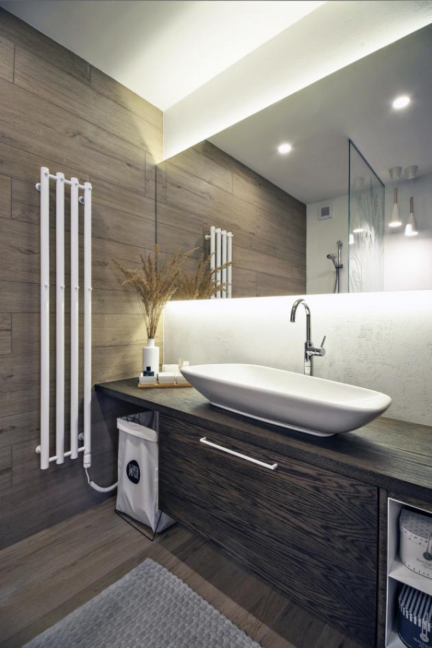 KOUPELNA  Dominantu koupelny tvoří sprchová zástěna s pískovaným motivem na míru. Zeď koupelny je opatřena bílou epoxidovou stěrkou