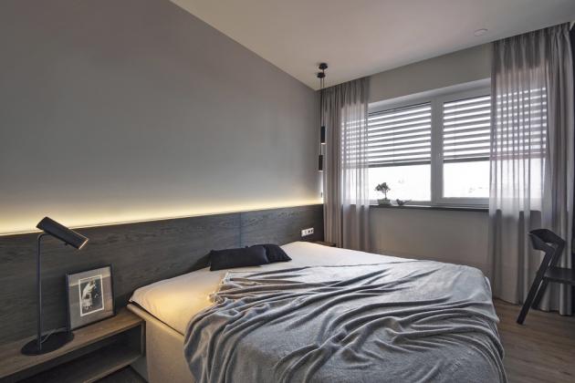 LOŽNICE Efektní světelné scény se objevují i v ložnici, kde je kromě centrálního svítidla, lampiček na čtení i LED osvětlení zabudované v hraně obložení za postelí