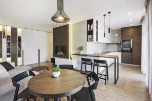 KUCHYŇ Díky drobným úpravám dispozice vznikl vzdušný obytný prostor s obývákem, jídelnou a kuchyní. Jídelní a barové židle jsou značky TON, designové svítidlo nad stolem od české značky Brokis