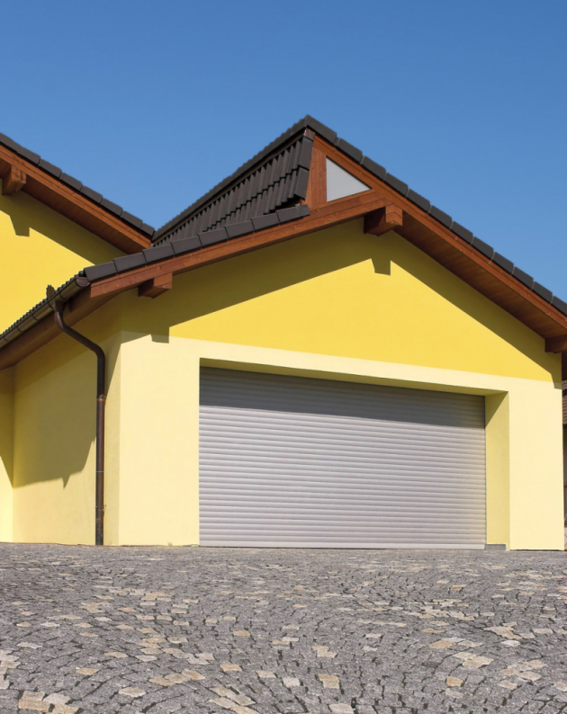 Rolovací garážová vrata splňují nejnáročnější kritéria nakvalitu, bezpečnost či spolehlivost provozu. Výhodou je též široká nabídka variant provedení apestrost barev, www.lomax.cz