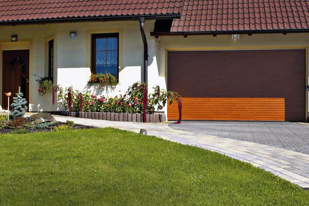 Rolovací dveře selektrickým pohonem aovládáním včetně spodní bezpečnostní lišty můžete instalovat idohotových garáží, které neumožňují stavební úpravy, www.lomax.cz