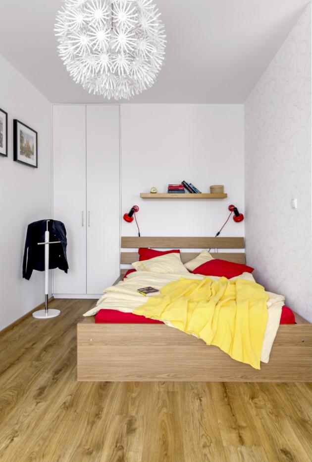 Atmosféru v ložnici dotvářejí červené lampičky, které měla Michaela se sestrou v dětském pokojíku na palandách a pak skončily na chalupě. Tatínek je našel, opravil a přidělal červené textilní kabely