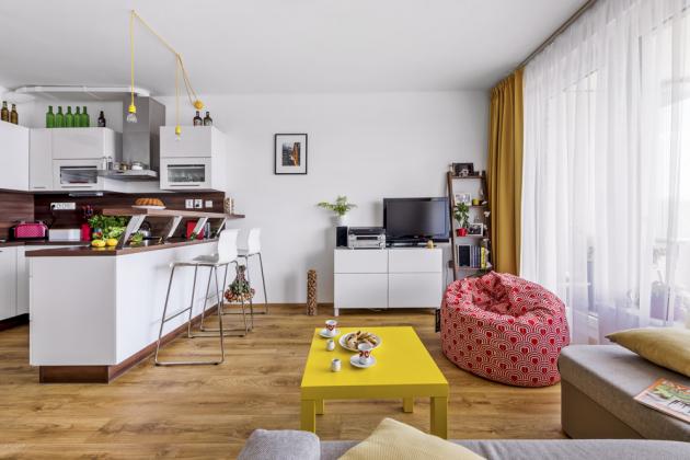 Základ celého interiéru udala nadčasová bílá kuchyň s barovým posezením, kterou si Michaela sama navrhla u firmy Smart kuchyně
