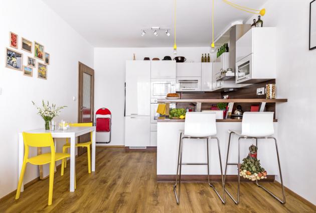 Jídelní stůl a židličky jsou stejně jako většina nábytku v bytě z IKEA, kde majitelka ráda a často nakupuje