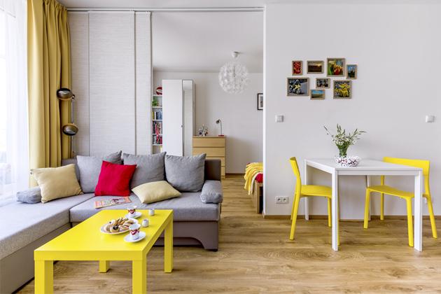 Zajímavým prvkem je posuvná stěna z římských rolet z IKEA, která odděluje prostor ložnice od obýváku s kuchyní. Developer nabízel možnost příčky s dveřmi, ale to se majitelce nelíbilo