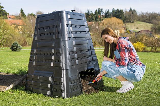 Kompostér K 700 o objemu 720 l je ideální do středně velké zahrady, výška 118 cm, rozměr základny 94 × 94 cm, aktuální cena na www.mountfield.cz