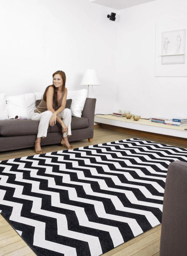 Kusový koberec Optical Black White (Webtappeti), složení: 85% polyesterová žinylka / 15% bavlněná žinylka, 60 × 150 cm, cena 1 009 Kč, www.biano.cz