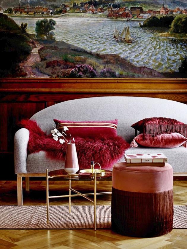 Rudá kožešina Red skudrnatou texturou je zmongolské ovce, 50 × 90cm, cena 4354Kč, www.bellarose.cz