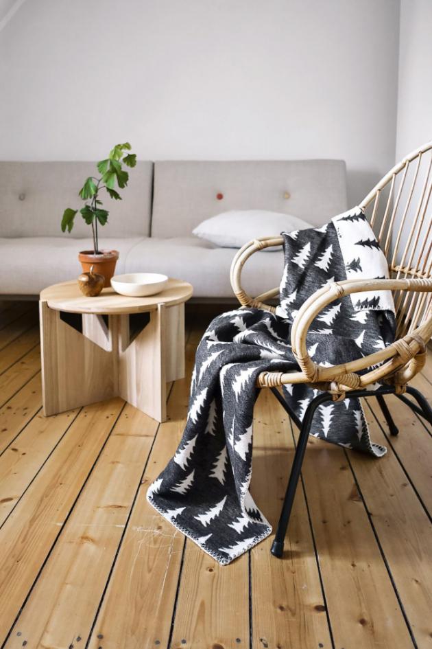 Černo-bílá žakárově tkaná deka Gran Black/white zbiobavlny má nasobě ústřední motiv značky Fine Little Day, 140 × 180cm, cena 4084Kč, www.nordicday.cz