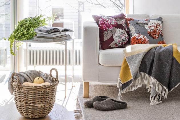 Povlaky napolštáře zkolekce Hortenzia (Pentik), bavlna, 45 × 45cm, cena 759Kč, deka Scaala (Pentik),  130 × 170cm, cena 2145Kč,  www.pentik.cz
