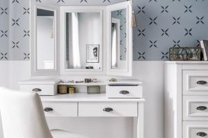Bílý toaletní stolek Madison (Szynaka Meble), masivní bříza / dýha / lak, 42 × 75 × 114 cm,  cena 6 599 Kč, www.bonami.cz