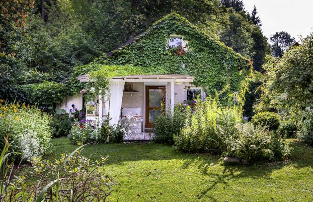 Současný stav s postavenou pergolou a vstupem do zahrady