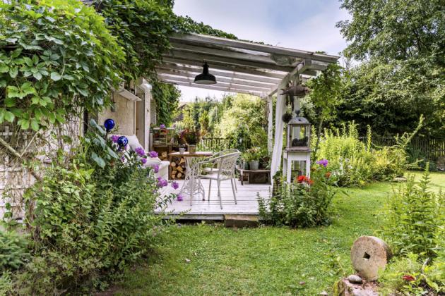 PERGOLA Pergola nabízí další poměrně velký prostor k příjemnému letnímu žití na chalupě. Vymyslela ji Jaruška a postavil ji Zdeněk s kamarády