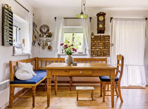 JÍDELNA Tradici ctí i jídelní kout se stolem, lavicí a židlemi z masivního dřeva. Prostor zdobí i dvě police plné náprstků přivezených z cest