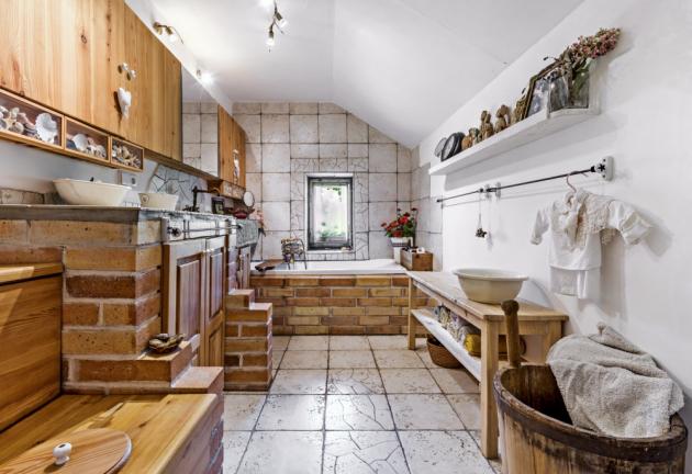 """KOUPELNA Útulný vzhled dodávají koupelně použité materiály, jako je dřevo, cihly a keramika. Vše je vyráběno na zakázku a firmy """"dodány z místních zdrojů"""""""