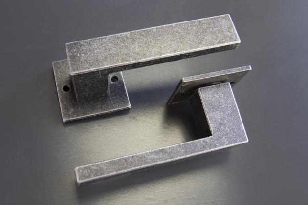 Kolekce kovaných klik a madel Cobra BLACK SMITH představuje propojení nejklasičtější kovařiny snovými designy a přináší žádoucí propojení moderny strvalými hodnotami.