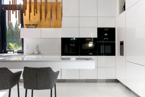Rekonstrukce staré kuchyně či výběr té nejvhodnější nové patří mezi velké kroky. Dobře zvolená moderní kuchyně je místem, kde se vaření doslova stává radostí. Přečtěte si, jaké vybavení by určitě nemělo chybět a na co se zaměřit při výběru perfektní kuchyně na míru.