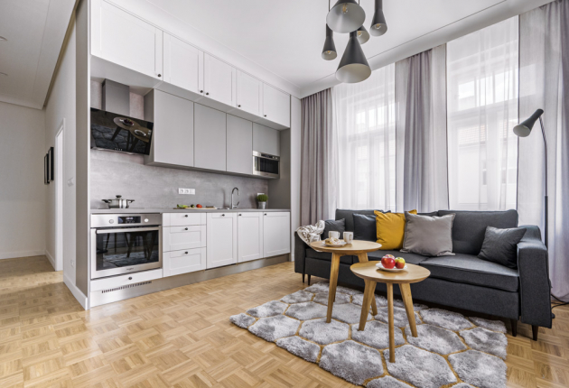 Součástí obýváku je i kuchyňský kout, který poskytuje na minimu metrů dostatečné místo pro vaření. Do sestavy se dokonce vešla i myčka nádobí