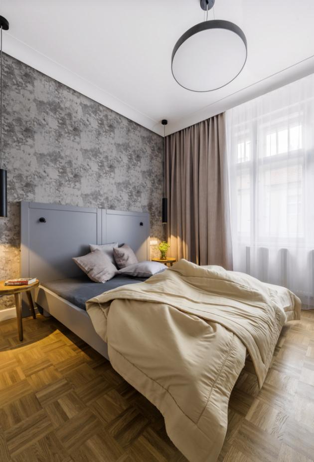 Také v ložnici hraje velkou úlohu minimalistické černé osvětlení vybrané v prodejně Aulix. Nejen, že skvěle vypadá, ale zároveň utváří v místnosti příjemnou intimní atmosféru