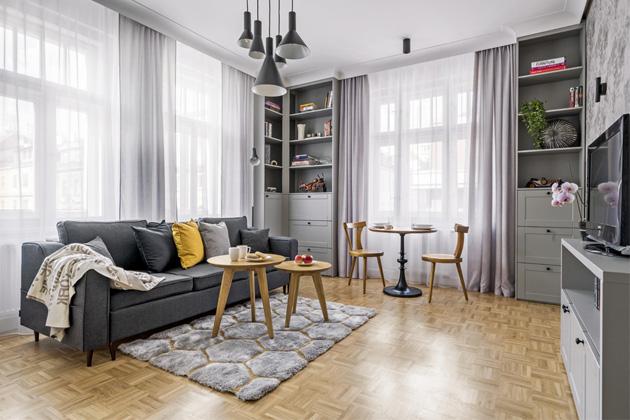 Vysoké stropy, světlé místnosti a ráz secesního domu dopomohly designérce k určení směru, z kterého se bude zařízení vybírat. Vyšlo z toho milé a útulné bydlení, které nabídne stoprocentní komfort jeho budoucímu uživateli či uživatelům