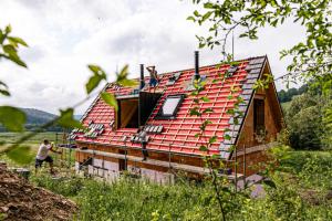 Dům, který nepotřebuje žádné inženýrské sítě a sám si z obnovitelných zdrojů zajistí energie potřebné pro svůj provoz. Zní to jako sen vzdálené budoucnosti, ale jde o naprosto reálný a zároveň již realizovaný projekt organizace Český soběstačný dům. Jako partner se do něj zapojila i společnostVELUX, která do unikátního ostrovního (off-grid) domu nedaleko jihočeského Lipna dodala dálkově ovládané střešní okno se solárním pohonem.