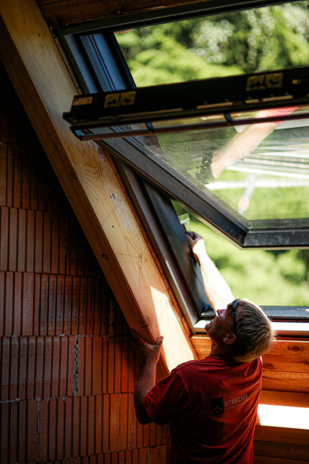 Prémiové střešní okno VELUX GGU Black je mimořádné také svým designem. Má černý vnitřní rám, který odpovídá nejnovějším designovým trendům.