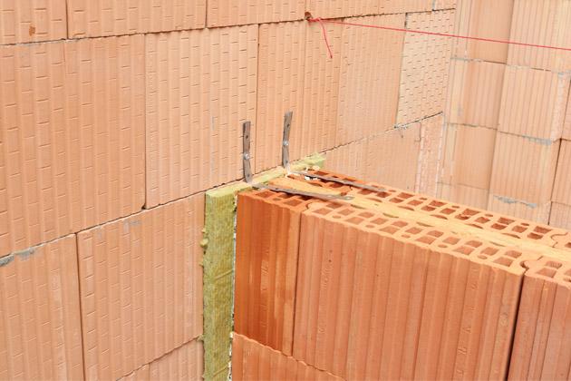 Klidné a bezpečné zázemí ve stánku společnosti HELUZ na veletrhu FOR ARCH v pražských Letňanech (hala 1, stánek č. 48) vytvoří mj. i zeď z akustických cihel HELUZ AKU KOMPAKT 21 broušená, protože akustická pohoda je kromě tepelných parametrů dalším požadavkem moderní výstavby.