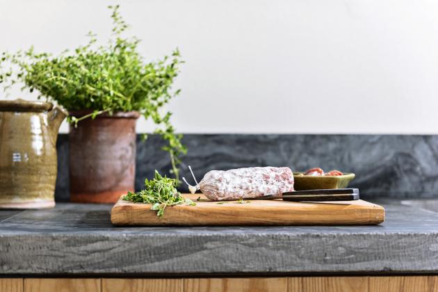 kuchyň Masivní dřevo v kombinaci s kamennou pracovní deskou v antracitové barvě vytvářejí působivou syrovou kombinaci