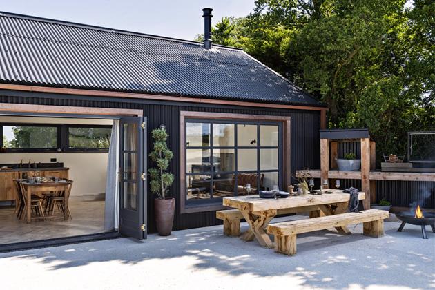 Na terase Tmavý domek není možná velký rozlohou, ovšem zabydlená terasa s venkovní kuchyní a posezením obytnou plochu příjemně rozšiřuje
