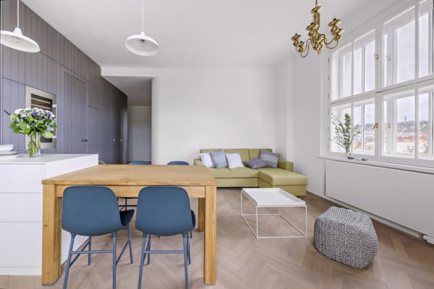 Obývací část Dle přání majitelů architekti byt vybavili nadčasovým ajednoduchým nábytkem. Rozkládací souprava je odfirmy Jech, konferenční stolek Tray Table odHAY dodal Stockist, taburet apolštáře jsou zprodejny Pentik