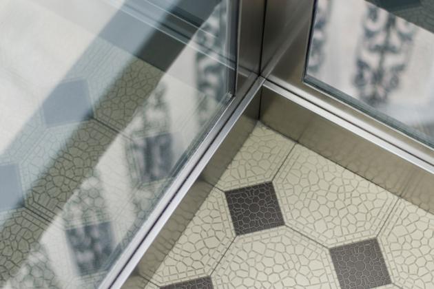 Realizace výtahu v rámci novostavby patří mezi náročnější části projektu. Pokud se výtah osazuje do rekonstruovaného či již zrekonstruovaného domu, nebo dokonce do objektu památkově chráněného, může to být problém. Stejně tak tehdy, když máme na výtah specifické požadavky. S kvalitním dodavatelem však stavba výtahu nemusí být otrava – dobře si však vždy vyberte.