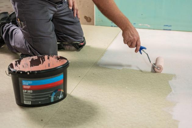 Nestandardní povrch jako jsou cementovláknité desky ošetříme kontaktním můstkem P 203, který zdrsní povrch. Můstek dobře promícháme, pro nanášení použijeme váleček nebo štětku. Necháme minimálně 6 hodin schnout.