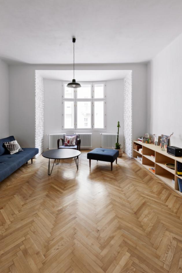 OBÝVACÍ PROSTOR V místnosti s kuchyní a jídelnou je i odpočinkový koutek, kam se vešla modrá pohovka s podnožkou, retro křeslo a konferenční stolek. Nesmí chybět překližka, tentokrát v podobě policové skříňky