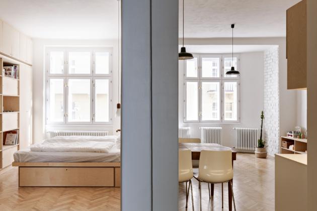 Navštívili jsme nově zařízený byt, kde je na první pohled dominantní březová překližka. V kombinaci s bílými plochami a černými kovovými prvky dává bytu neobvyklou atmosféru.