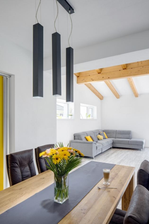 Z obývacího pokoje a pracovny je pomocí prosklené konstrukce a francouzského okna umožněn vstup a výhled přímo do zahrady.