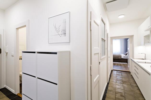 Vstupní chodba je především funkční a dobře zapadá do neutrálně laděného konceptu bytu