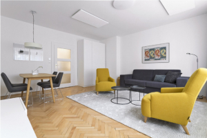 OBÝVACÍ POKOJ Materiálové a barevné řešení interiéru je postavené na kombinaci přírodních barev a dubového dřeva. Oživující barevný akcent dodávají hlavní obytné místnosti dvě žlutá křesla a obrazy na stěnách. Součástí obývacího pokoje je i jídelna