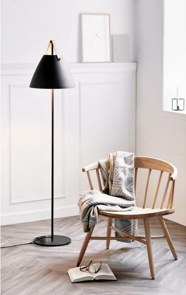 Stojací lampa Strap (Nordlux), O 36 cm, výška 152 cm, kov/kůže, cena 5 999 Kč, www.severske¬svetlo.cz