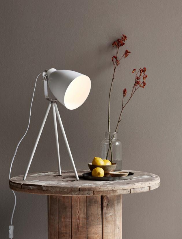 Stolní lampa Largo (Nordlux), O 17 cm × 51,5 cm, kov, cena 1 763 Kč, www.severske¬svetlo.cz