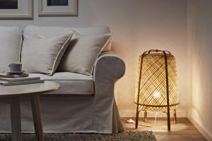 Stolní lampa ze série Knixhult (IKEA), O 26 cm, výška 37 cm, bambus, cena 699 Kč, www.ikea.cz
