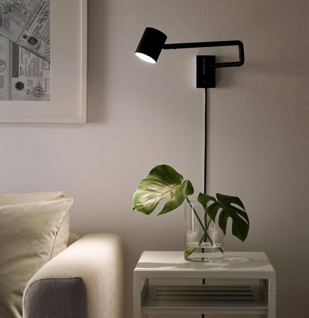 Nástěnná lampa ze série Nymane (IKEA), O základny 7 cm, O stínidla 7 cm, cena 1 290 Kč, www.ikea.cz