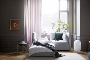 Dvoumístná pohovka Vallentuna (IKEA) s možností rozložení, snímatelný látkový potah, 186 × 84 × 113 cm, lůžko 200 × 80 cm, cena 19 650 Kč, www.ikea.cz